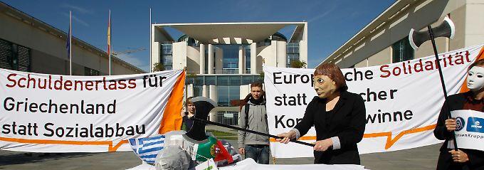 """Protestaktion vor dem Kanzleramt: """"Eine andere Welt ist möglich"""" lautet das Motto von Attac (Archivbild)."""