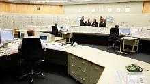 """Ortstermin im August 2010: Die Bundeskanzlerin besichtigt im Rahmen einer """"Energiereise"""" die Steuerzentrale des AKW Lingen."""