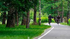 Radtour eines Machttandems: Russlands Regierungschef Wladimir Putin (58) und Präsident Dmitri Medwedew (45) haben bei einem Ausflug ins Grüne Harmonie demonstriert.