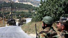 Soldaten und gepanzerte Fahrzeuge im Dorf Istabraq in der Nähe der eingekesselten Stadt Dschisr al-Schogur.