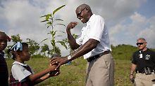 Über Pfingsten besuchte der frühere Leichtathlet Carl Lewis Haiti. Er pflanzte dort unter anderem Bäume.