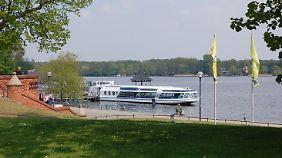 Eine Fahrt auf dem Ruppiner See lassen sich die wenigsten Touristen entgehen. Die Fahrgastschiffe schippern gemütlich über den 14 Kilometer langen und bis zu 26 Meter tiefen Binnensee.