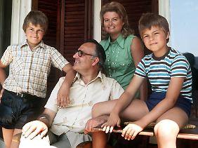 1975: Helmut Kohl, damals CDU-Vorsitzender und Ministerpräsident von Rheinland-Pfalz, macht mit seiner Ehefrau Hannelore und seinen Söhnen Peter (r) und Walter (l) Urlaub im österreichischen St. Gilgen.