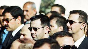 Der Clan von Präsident Baschar al-Assad (r) verlässt sich im Kampf gegen seine politischen Gegner auf den Geheimdienst und Einheiten der Armee, die sein Bruder Maher (M) befehligt.