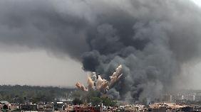 Nato-Bomben schlagen in Tripolis ein.