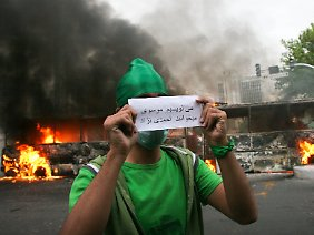 """Die Mussawi-Anhänger gehen davon aus, dass es Wahlbetrug war: """"Wir schreiben Mussawi und sie lesen Ahmadinedschad"""", heißt es auf diesem Zettel."""