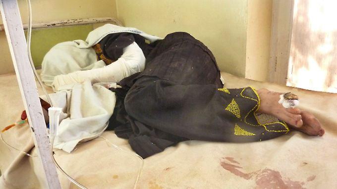 Der Anschlag trifft Kranke, Frauen, Kinder. Diese Frau hat überlebt, sie ist verletzt.