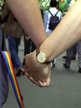 Ein schwules Paar läuft Hand in Hand durch die Straßen - in Berlin geht das gefahrlos, aber woanders ist das anders.