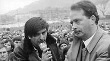 Freiburg, 30. Januar 1968: Auf einem Autodach diskutiert Dahrendorf mit Rudi Dutschke.