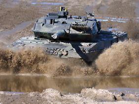 Der Leopard 2 bei der Fahrt durch ein Flussbett auf dem Truppenübungsplatz Munster.