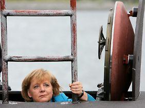 Verkaufsschlager der Rüstungsindustrie: Merkel beim Besuch eines U-Boots der Marine.