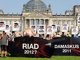 Vor dem Bundestag machten Demonstranten ihrem Ärger über den Waffendeal Luft.