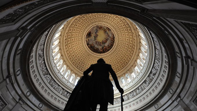 Erlaubt die Verfassung es Obama, den Kongress zu umgehen und weiterhin Anleihen zu begeben? Eine Frage, die im Stillen geprüft wird.