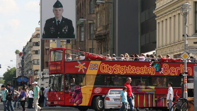 Das muss man gesehen haben: Bus mit Touristen an der Friedrichstraße am ehemaligen Checkpoint Charlie.