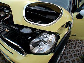 Typisch Mini: Der Scheinwerferausschnitt in der Motorhaube gehört zu den Eigenheiten der Karosserie.