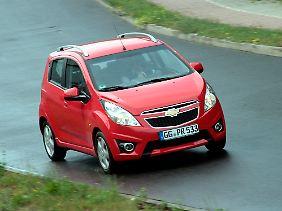 Für das kleine Auto sind die Scheinwerfergläser enorm groß geraten.