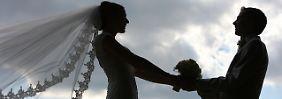 Verheiratete Paare  können gegenüber unverheirateten je nach Höhe ihres  Einkommens erheblich Steuern sparen.