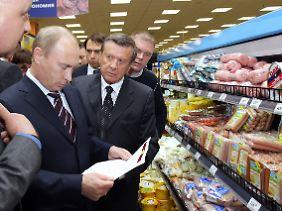 Regierungschef Putin kontrolliert das Würstchenangebot in einem Moskauer Supermarkt.