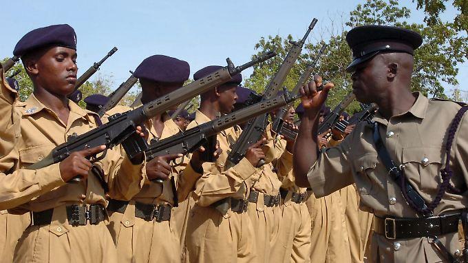 Ein kenianischer Polizeioffizier inspiziert in Manyani die G3-Gewehre von Rekruten der somalischen Polizei.