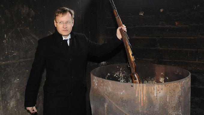 Schmalzl im März 2009 mit einem Gewehr, das nach dem Amoklauf von Winnenden mit anderen abgegebenen Waffen verbrannt wurde.