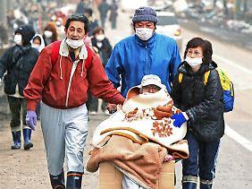 Hunderte Japaner mussten ihre Wohnorte rings um das havarierte AKW verlassen.