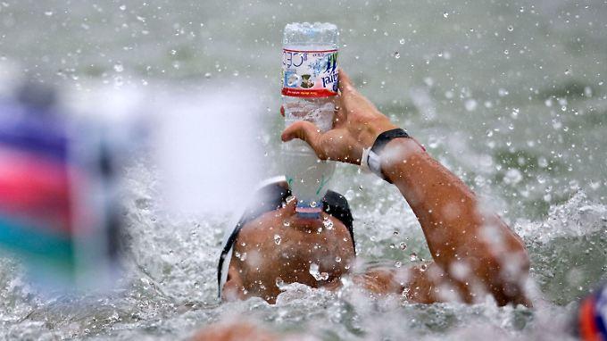 Langstreckenschwimmer nehmen sogar während des Wettkampfs Wasser zu sich.