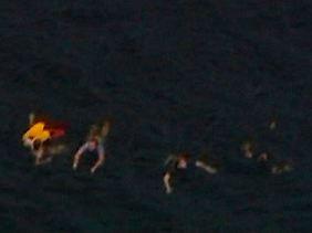Einige Jugendliche versuchen in Panik, von der Insel an Land zu schwimmen.