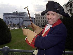 Ein als Friedrich der Große verkleideter Stadtführer in Berlin. (Archivbild)