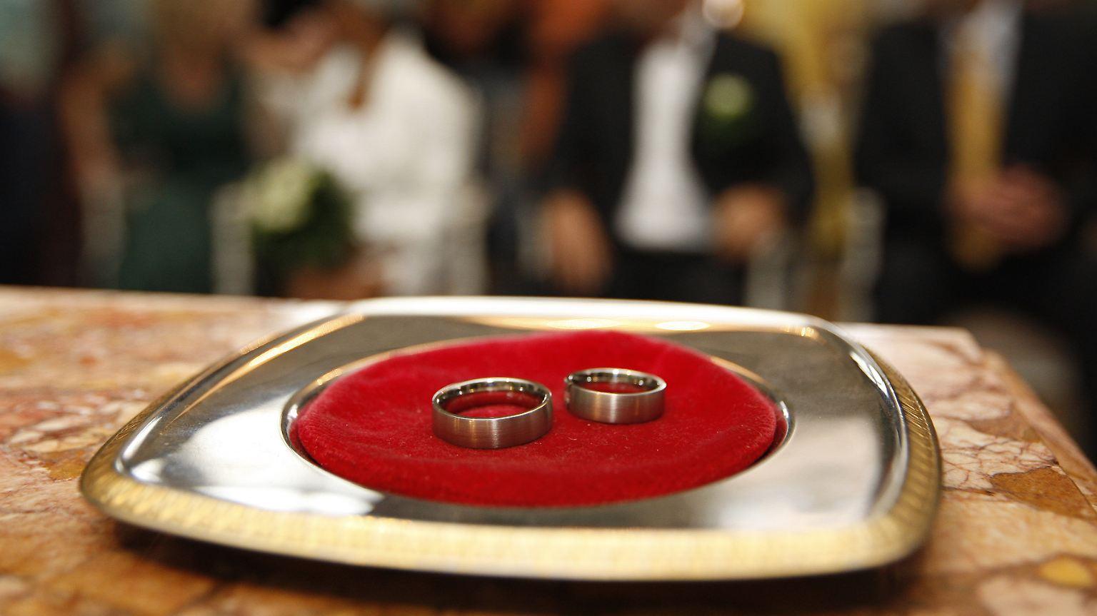 Scheidungsfeier in Japan: Ehering mit Hammer zertrümmert n