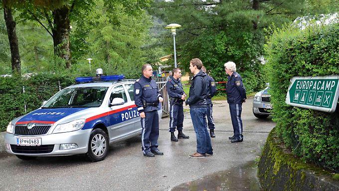 Erhöhter Polizeischutz vor dem Camp in Österreich.