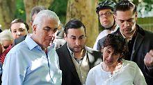 In Trauer vereint: Die Eltern von Amy Winehouse vor dem Haus ihrer Tochter.