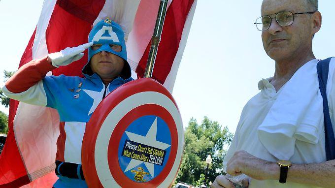 """Ein als """"Captain America"""" Kostümierter begrüßt Mitglieder der """"Tea Party"""" bei einer Demonstration in Washington."""
