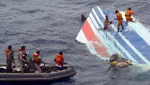 Einsatzkräfte bergen ein Wrackteil der abgestürzten Air-France-Maschine.