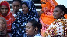 Trauernde Angehörige auf den Komoren.