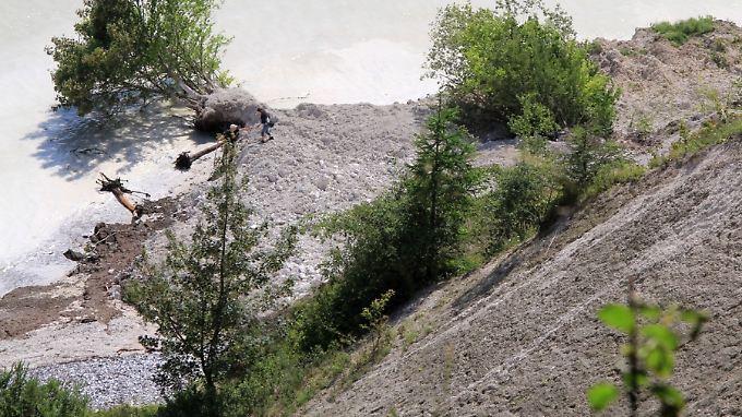 Nach dem Dauerregen: Herabgestürzte Teile der Kreidefelsen liegen am Ufer auf der Halbinsel Jasmund auf Rügen. (Bild vom 31. Juli 2011)