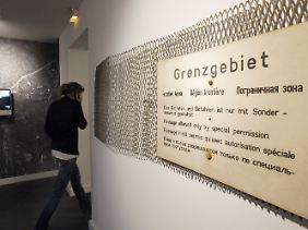 Grenzschild auf einem Stück Metallzaun, das an der Glienicker Brücke angebracht war, in der Villa Schöningen.