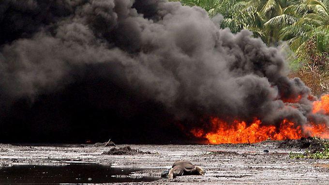 Nach einer Explosion brennt eine Ölpipeline nahe Lagos.