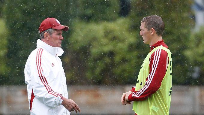 Jupp Heynckes (l.) hat Kritik an seinem Spieler Bastian Schweinsteiger (r.) zurückgewiesen.