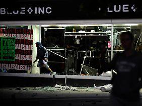Bevor die Geschäfte abgefackelt werden, werden sie ausgeraubt (Plünderungen in Peckham im Süden Londons).