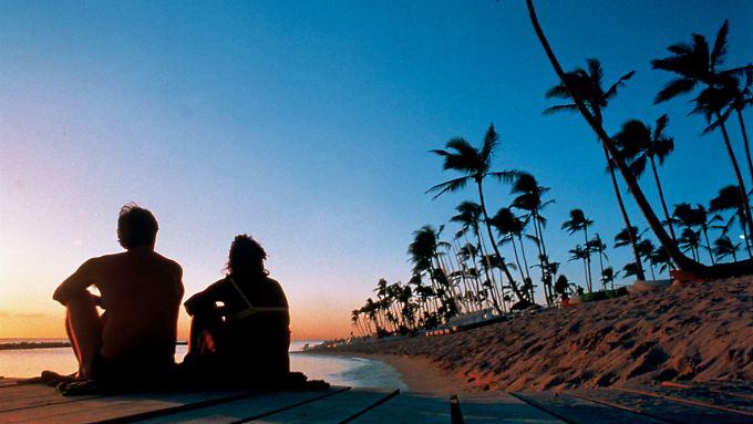 Palmen, Sonnenuntergang und kein Mensch weit und breit - Ferienangebote nur für Erwachsene richten sich zum Beispiel an Paare, die im Urlaub gerne für sich sein wollen.