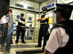 Starke Polizeipräsenz in London verhindert die Wiederholung der Chaosnächte.