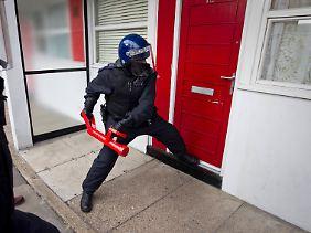 Wohnungen werden geöffnet, in denen die Beute der Räuber vermutet werden.