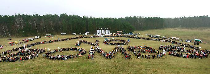 """Protestaktion im Jahr 2005: Menschen formen die Worte """"No Bombs"""" auf dem Platz des geplanten Übungsgeländes."""