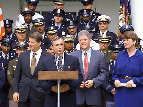 In den USA ist Bratton (hier 1993 im Rosengarten des Weißen Hauses) schon längst eine Art Legende.