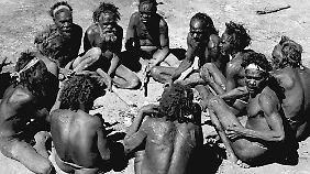 Aborigines in einer Stammesversammlung (1948).