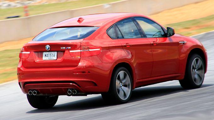 Eher selten bei Serienautomobilen: Der BMW X6 M rollt auf 20 Zoll großen Felgen, die hinteren Reifen sind 315 Millimeter breit.