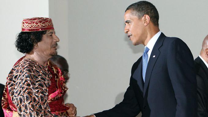 "Obama begrüßt den ""strategischen Partner"" Gaddafi am Rande des G8-Gipfels in L'Aquila 2009."
