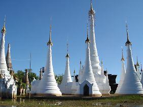 Stupa an Stupa: Die buddhistische Tempelanlage am Inle-See wird mit dem Boot angefahren und fällt schon von Weitem auf.
