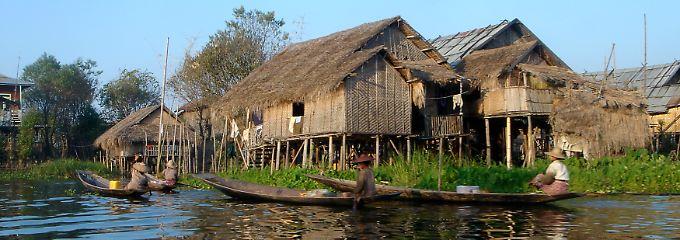 Anlegestelle vor der Haustür: Diese Häuser im Inle-See stehen auf Pfählen, damit das Wasser nicht über die Türschwelle schwappt.