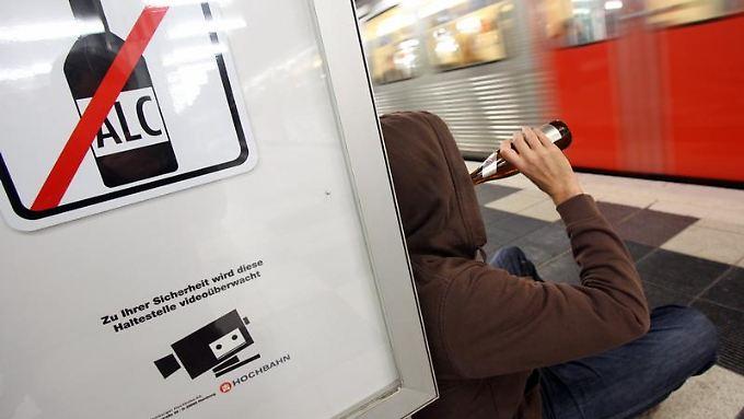 Alkoholkonsum in Bus und Bahnen - das soll in Hamburg demnächst verboten sein. In mehreren ausländischen Städten ist das schon lange so.